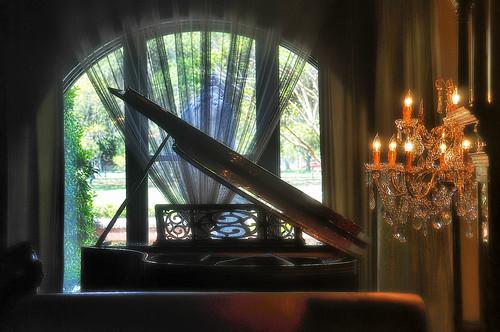 travel music piano chandelier savannah elegance grandpiano photomix bösendorfer lowlightphotography mansiononforsythpark nikond300 finehotels aprilinsavannah blinkagain overlookingthepark specialeditionvienna