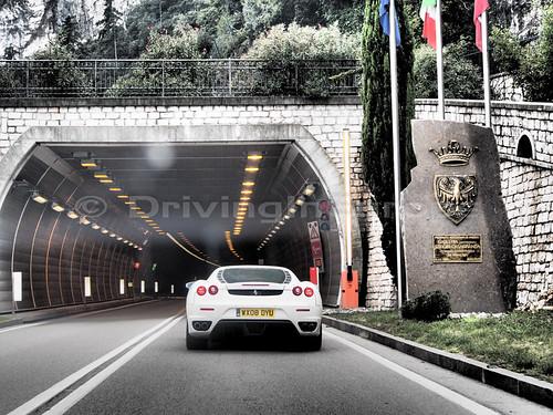 トンネル入り口のフェラーリF430