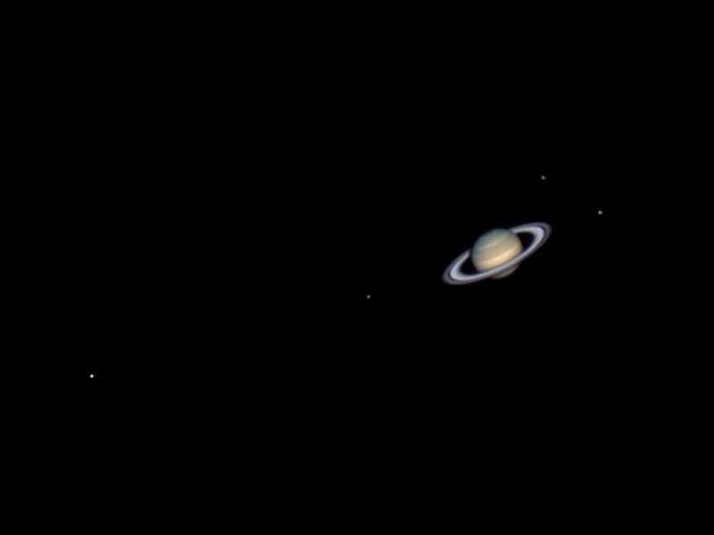 Saturnus och fyra av dess månar.