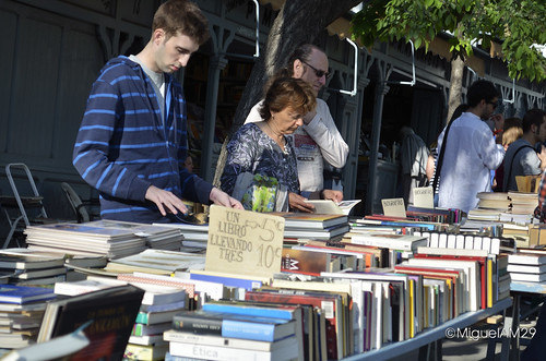 Buscando libros en la Cuesta de Moyano