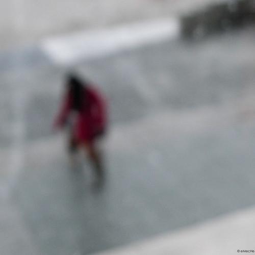 una hora en A Coruña - II - una mujer de rojo corriendo by eMecHe