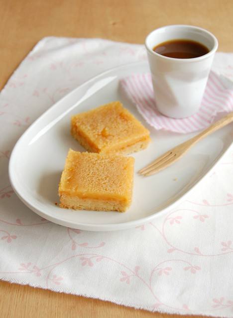 Apricot lemon bars with almond crust / Barrinhas de amêndoa, limão siciliano e geléia de damasco