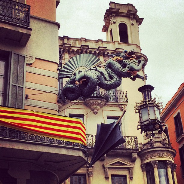 This #dragon was hard to capture. I wonder what this building was before; today it's a branch of a bank. #bcn  #umbrella