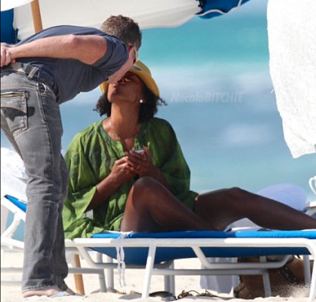 Kelly-Rowland-kissing-man-on-Miami-Beach