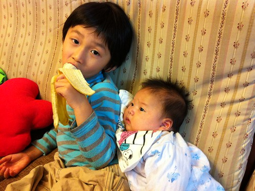 看哥哥吃香蕉