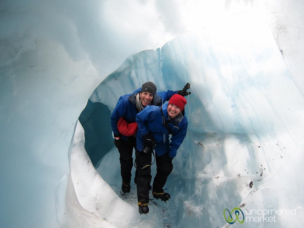 フランツジョセフ氷河内を探検する人々