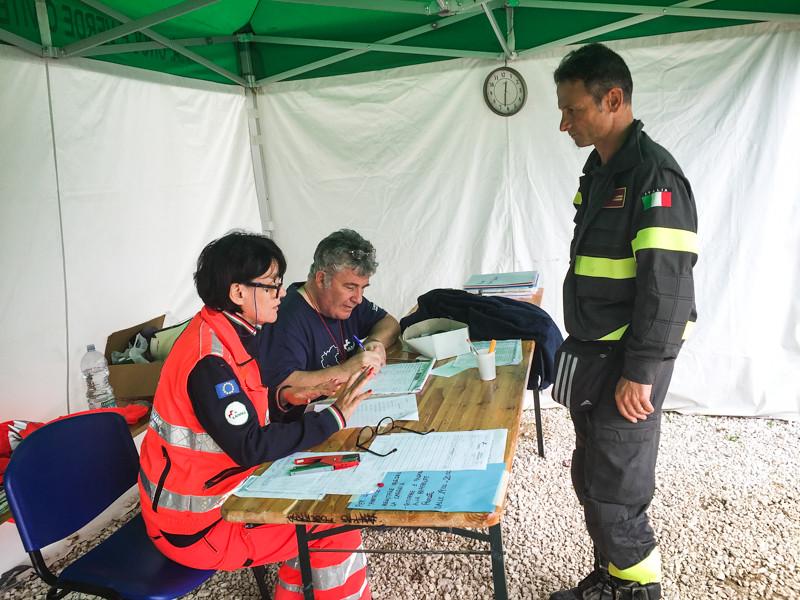 L'assistenza dei volontari al campo di Amatrice