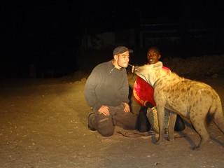 Alimentar hienas em Harar na Etiópia