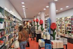 La llibreria Happy Books-La Formiga d'Or, de Barcelona, decorada per Sant Jordi. Crèdit foto: Happy Books-La Formiga d'Or.