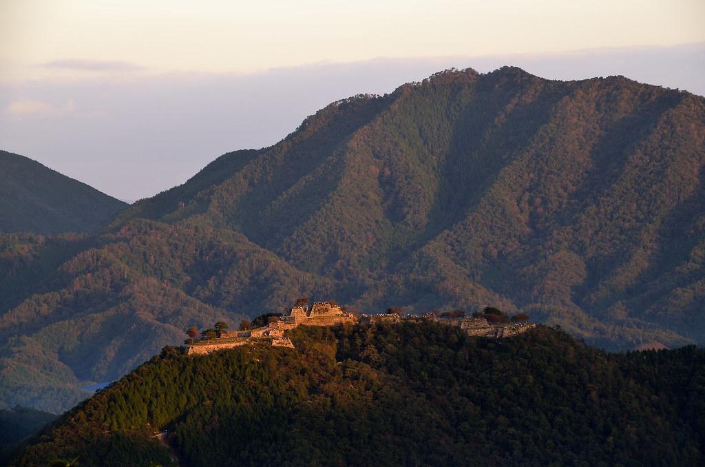夕暮れ時の雲竹田城を側面から眺めた風景