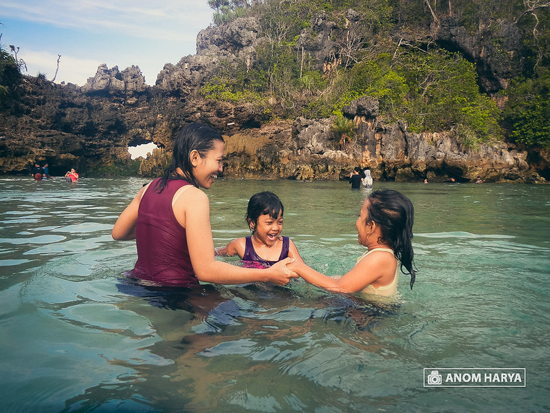 Anak-anak berenang di Segara Anakan