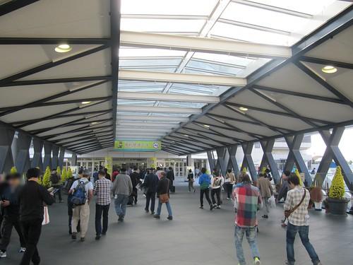 京都競馬場のステーションゲートからスタンドへ入る様子