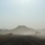 Desierto, montaña y polvo