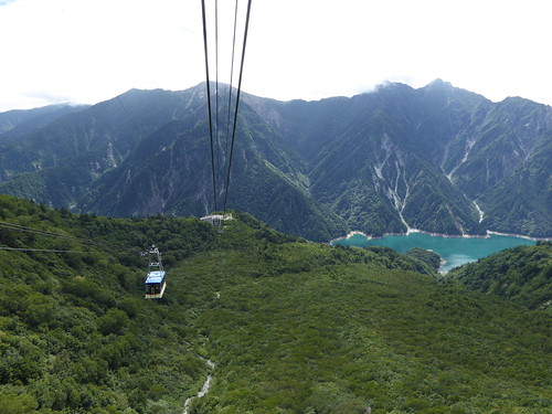 立山ロープウェイ車内から黒部湖方面の眺望