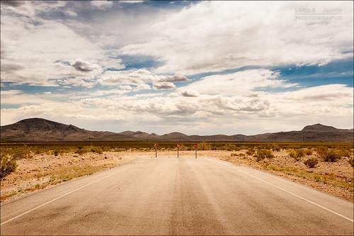 road blue sky usa cloud mountain color montagne landscape iso200 sand nikon desert empty nevada sable ciel f80 nikkor henderson nuage couleur vide lightroom culdesac 42mm nikond700 lucasjanin afsnikkor2470mmf28ged ¹⁄₈₀₀sec lightroom4