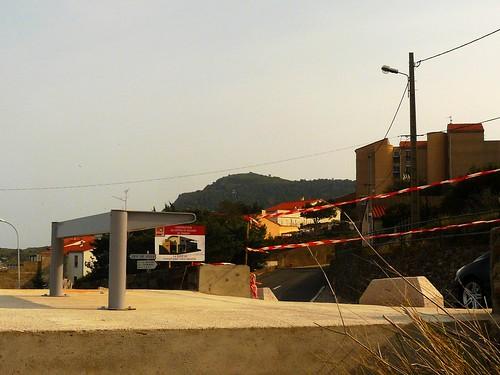 un abribus à peine posé en février 2013, et aussitôt détruit par le vent