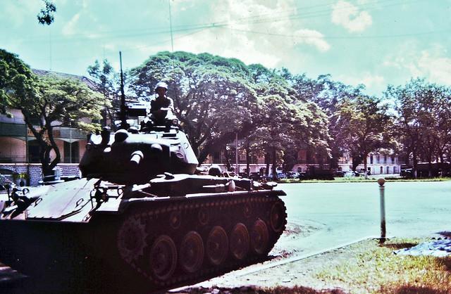 Xe tăng M24 trong sân Bộ tư lệnh Biệt Khu Thủ Đô sau ngày đảo chánh 1/11/1963