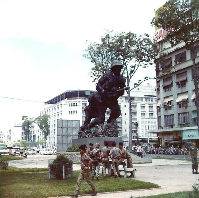 Saigon 1972 - Statue of South Vietnam soldiers - Cảnh sát dã chiến trước tượng đài TQLC Nam VN