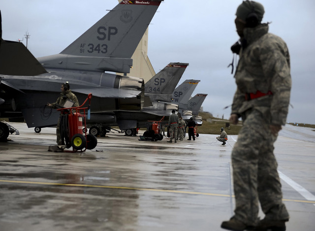 Maintainers prepares F-16s for flight