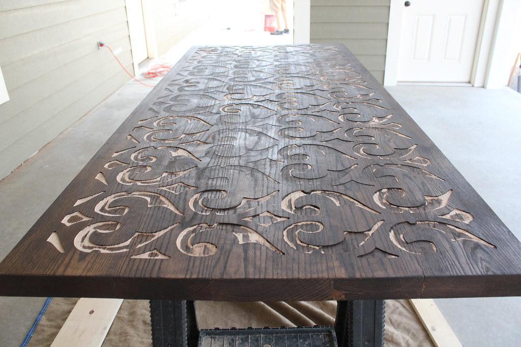 Tischplatte wird graviert und mit Beton überzogen.