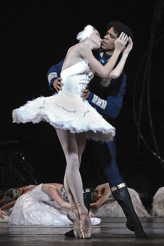 Natalia Osipova and Carlos Acosta in Swan Lake © ROH/Alice Pennefather, 2012