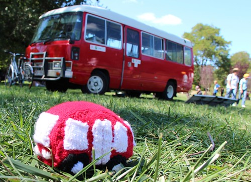 big bus, little bus - Sayraphim Lothian's knitted version of homeJames (photo by @Sayraphim)