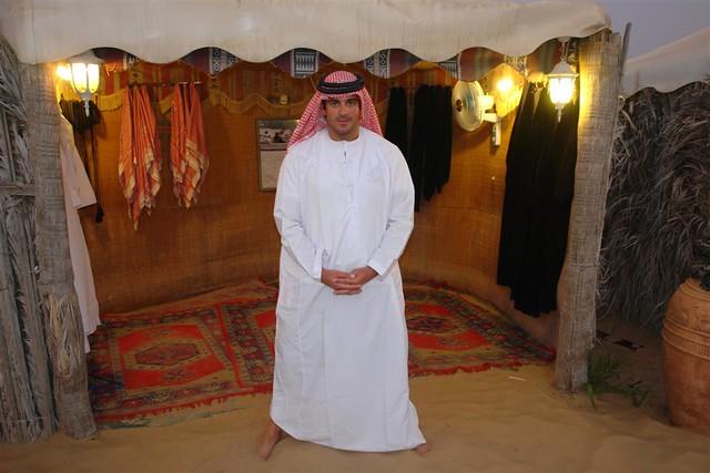 """Puede parecer raro en un principio pero en algunos lugares calurosos como por ejemplo los Emiratos Árabes, ir vestido como voy yo en ésta foto es 1) fresco y 2) bien visto ... a rato se te ha olvidado y dejas de pensar que llevas un disfraz y empiezas a sentirte cómodo. Precauciones y tips en viajes a países y zonas """"culturalmente diferentes"""" - 8628569726 5b184d7702 z - Precauciones y tips en viajes a países y zonas """"culturalmente diferentes"""""""