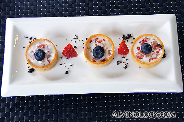 Strawberry tartlets with white chocolate sauce