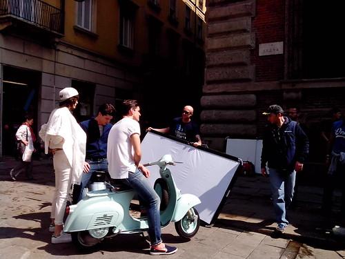 Backstage di pubblicità con moto Vespa by Ylbert Durishti