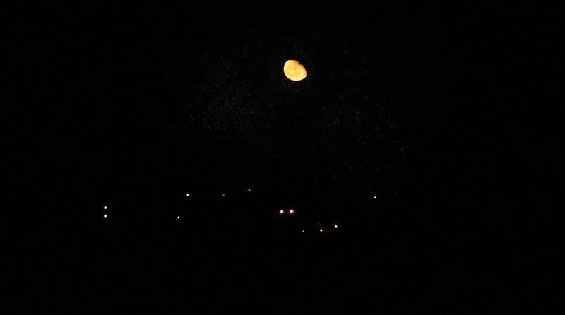 Måne och lampor