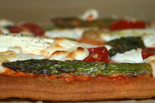 37 - Spargel-Pizza mit Ajvar & Ziegenfrischkäse / Asparagus pizza with ajvar & soft goat cheese - CloseUp