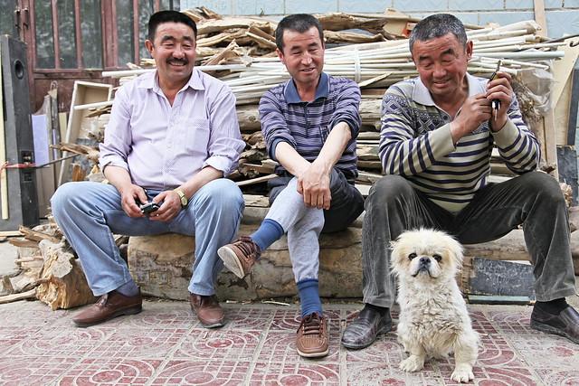 Lovely dog and smiling men, Kumul (Hami) ハミ、可愛い犬と笑顔のおじさん達