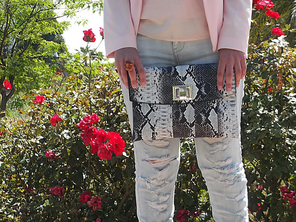 blazer rosa palo, top knot, top gasa, pantalones denim rotos, vaqueros deshilachados, clutch, Swarovski , frayed cut