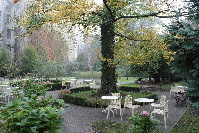Meho café à Cracovie, terrasse et jardin à l'automne.
