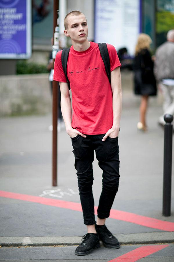 赤Tシャツ×黒クロップドパンツ×Nikeエアフォース1 low全黒
