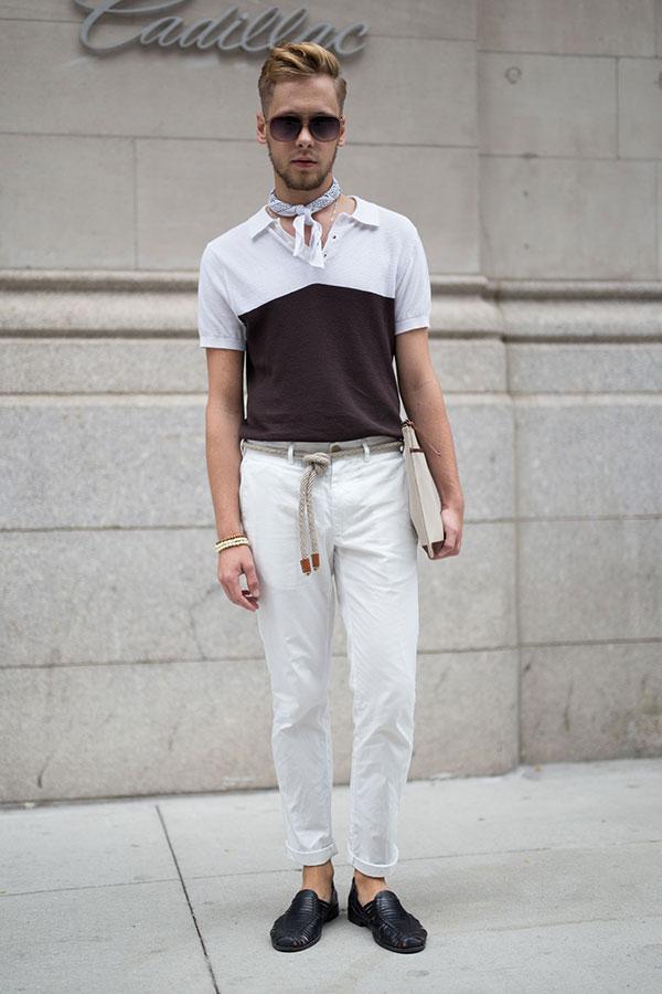 白茶バイカラーポロシャツ×白パンツ×黒ローファー