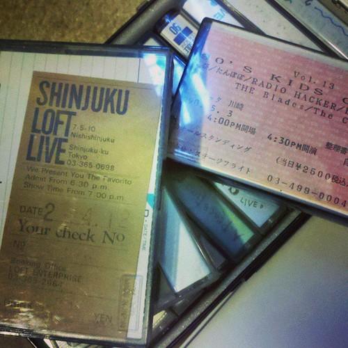 実家から送ってもらった昔録ったライブテープ。カセットプレーヤー持ってないけど。