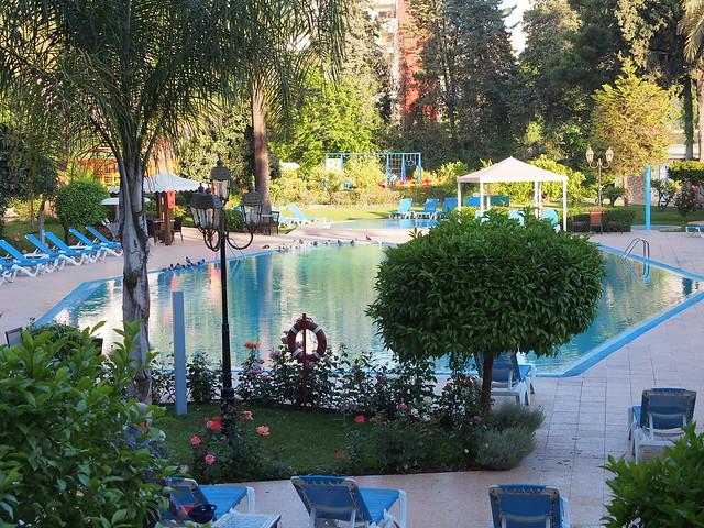 拉近景頭,拍攝旅館的游泳池