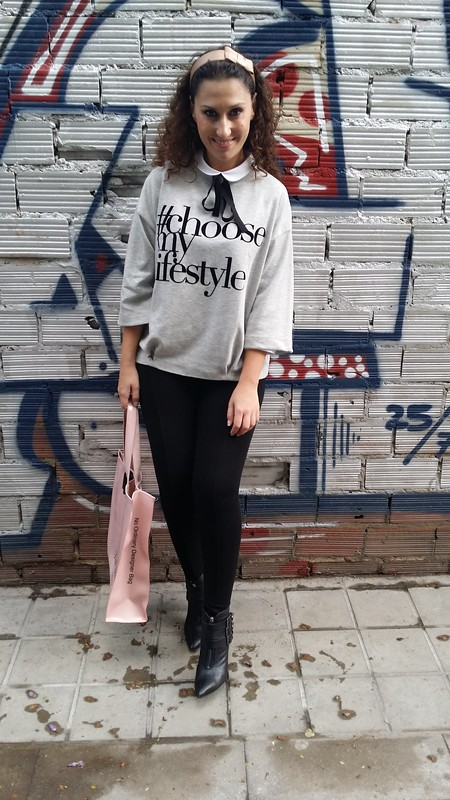Preppy, sudaderas grises, mensaje, manga francesa, blusa blanca baby doll, lazo negro, leggings negros, botines negros con hebillas, diadema champán, tote bag rosa palo, grey hoodies, message, French sleeve, white blouse, baby doll collar, black tie, black leggings, black boots with buckles, champagne headband, pale pink tote bag, Stradivarius, Zara, Gloria Ortiz, Mango, Ted Baker, Cosetes de Marta
