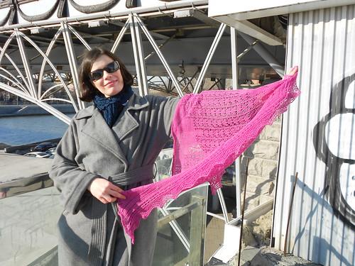 Женя держит шаль Снежинка