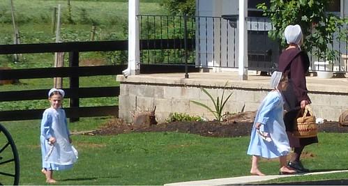 Niñas amish con su madre en una granja de Lancaster