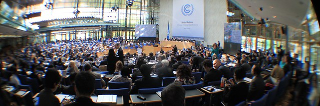 Foto: Opening plenary at April Bonn Climate Change Conference von Adopt A Negotiator bei Flickr unter Creative-Commons-CC-BY-2.0-Lizenz