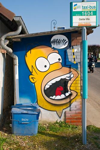 Homer Simpson graffé sur un arrêt de bus