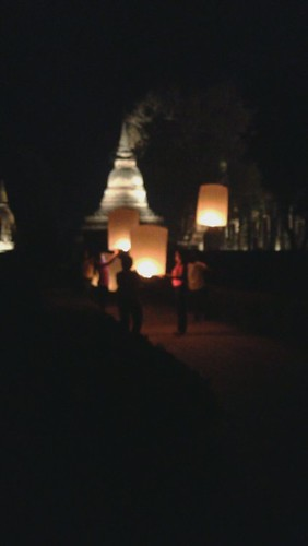 launching of lanterns at Wat Mahathat