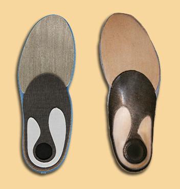 Το κάτω μέρος του πάτου. Αριστερά πριν την επεξεργασία, δεξιά αφού έχει πάρει το σχήμα του πέλματος. Όλο το customization γίνεται στην περιοχή της καμάρας και πίσω (κλικ για μεγέθυνση)