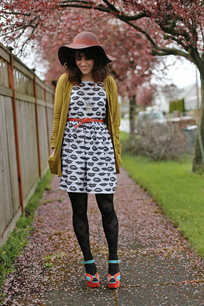 Elizabeth from Delighfully Tacky wearing Lips Tea dress