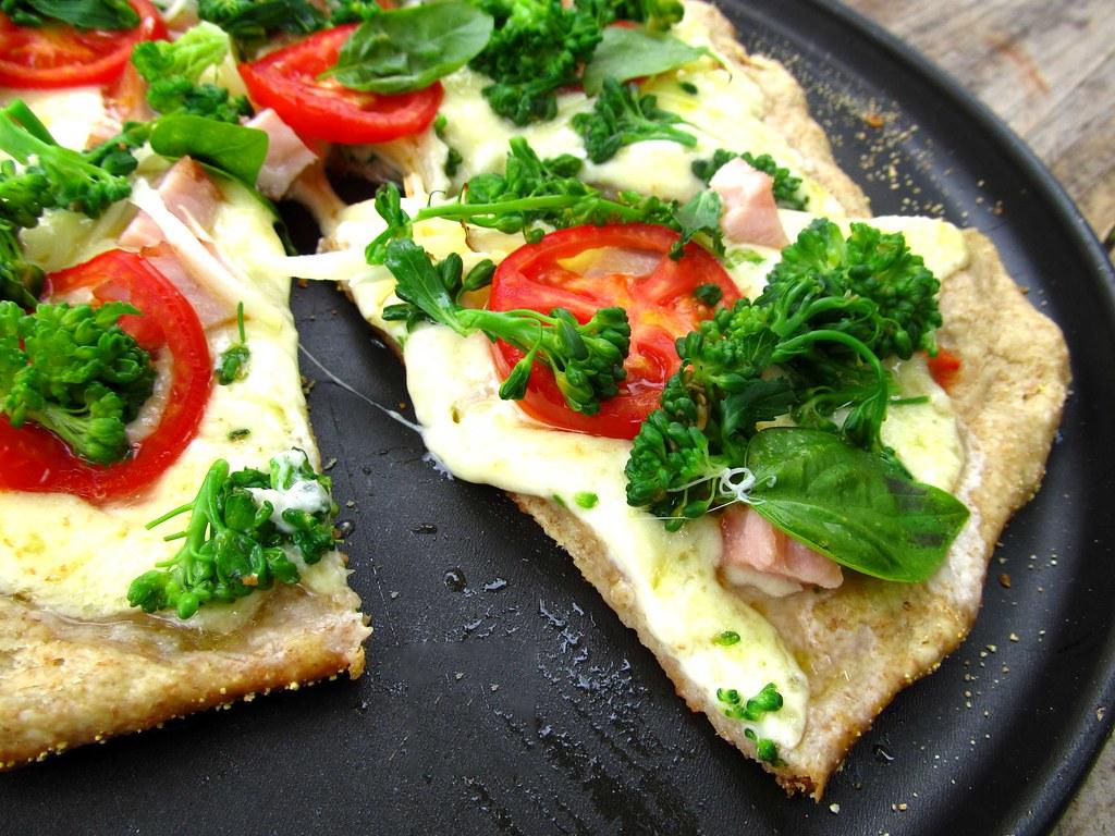 pizza-integral-de-peito-de-peru-e-brocolis