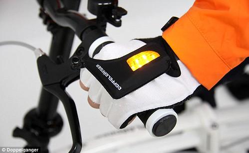 Яркая идея - светодиодные перчатки LED Globe Gloves упростят жизнь велосипедистов
