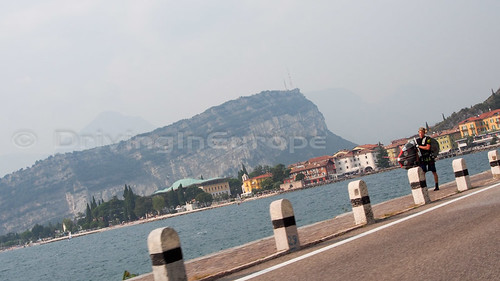 ガルーダ湖と周囲の街