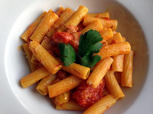 Pasta med tomater, safran og sardisk pølse